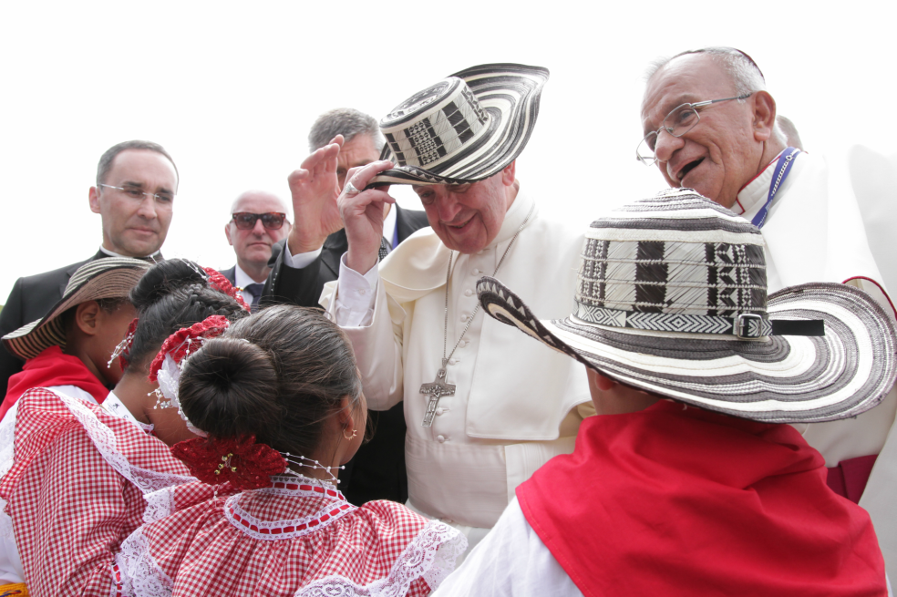 The Pope is greeted with a traditional sombrero vueltiao, by children in Cartagena. Photo: Nelson Cardenas- Presidencia